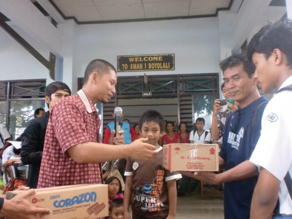 Penyerahan Bantuan di Wakili oleh Ustadz. Sugeng (Ketua DPC PKS Surakarta)