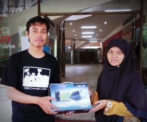 Saya saat menyerahkan hadiah Netbook Acer Aspira One kepada  Ibu. Listiyani Nurjanah warga Telukan, Grogol, Sukoharjo