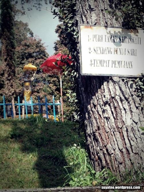 Diatas Candi masih terdapat Puri Taman Saraswati, yang dahulunya digunakan untuk tempat pemujaan