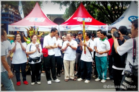 Walikota Solo, Ir Jokowi didampingi pakar telematika, Onno W Purbo dan kepala Diskominfo kota Solo saat acara pembukaan
