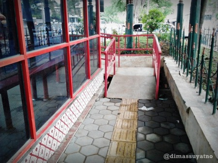 Halte Batik Solo Trans setelah diperbaiki ditambah dengan penanda untuk tuna netra (garis kuning tengah) dan tangga untuk kursi roda