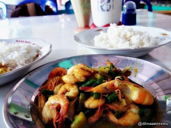 Udang lombok ijo, menu makan siang sebelum meninggalkan pantai