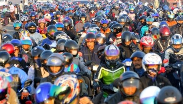 Anda akan menemui hambatan saat mudik: kemacetan, kesemrawutan lalu lintas. Tetap patuhi aturan dan rambu lalu lintas