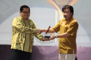 GM Marketing Planning & Analysis AHM A. Indraputra menerima penghargaan Otomotif Awards yang diserahkan oleh Editor in Chief Tabloid Otomotif, Billy Riestianto di Gedung Pusat Perfilman, Usmar Ismail Hall, Jakarta (23/4). (foto:Honda)